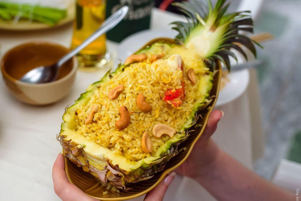 rise, pineapple, thai food, тайская кухня, рис в ананасе, жареный рис, рис с морепродуктами, тайское блюдо, вкусно, полезно, Таиланд, Пхукет, Самуи