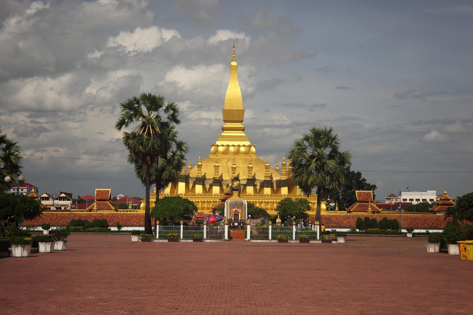 Золотая ступа, Храм Пха Тхат Луанг (Pha That Luang) , Laos Trip Travel Asia Visa Hotel