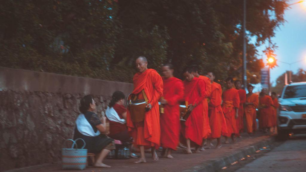 Luang Prabang, Laos, Луанг Прабанг, Лаос, кормление монахов, буддизм, традиции, культура, достопримечательность