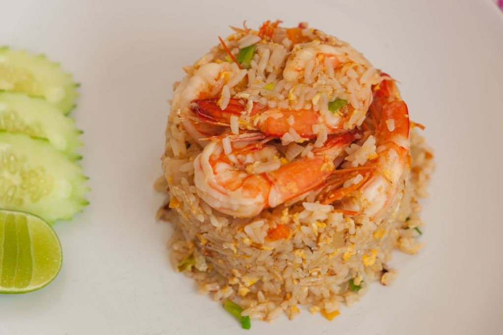 Жареный рис, fried rice, рецепт fried rice, жареный рис рецепт, тайский жареный рис, жареный рис по-тайски, тайский рис, рецепт тайский рис, как приготовить жареный рис, тайская кухня, thai cuisine, aroy, арой, вкусно, фото-рецепты, инструкция по приготовлению жареного риса, жареный рис с креветрками, рис в ананасе