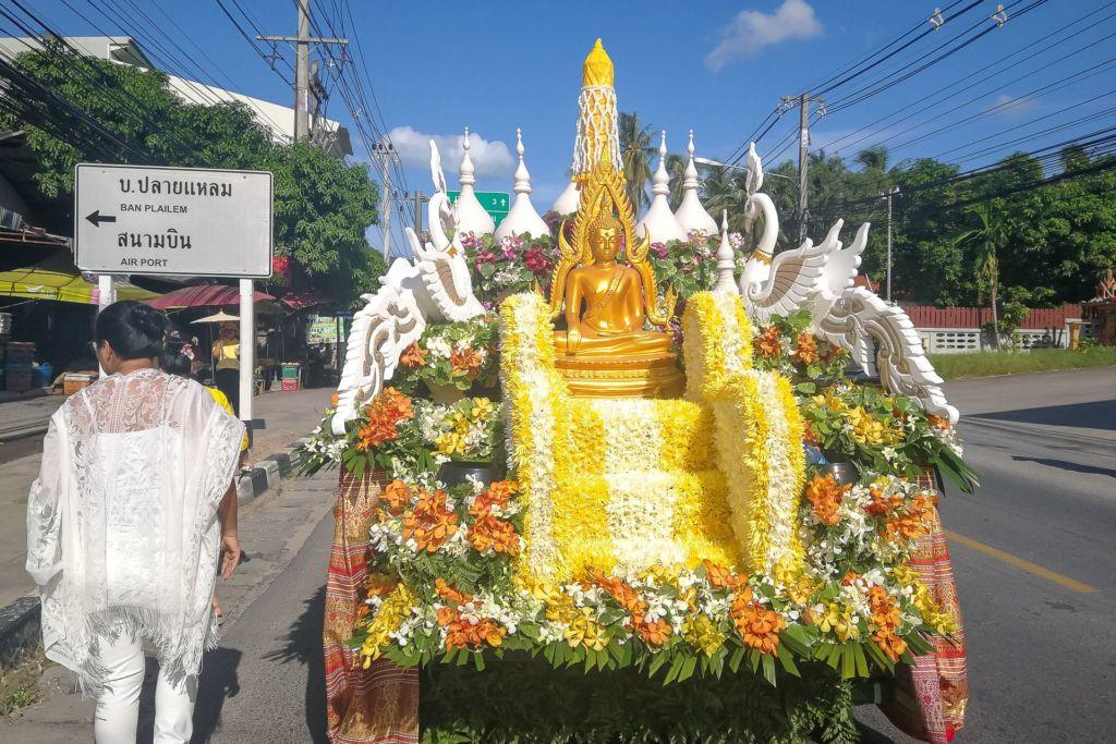 тайцы, тайки, буддизм, буддистский праздник, шествие по улицам Самуи, Асаха Пуджа, Будда, улицы Самуи, национальный тайский костюм, Samui , thai people, Thailand, Buddha day