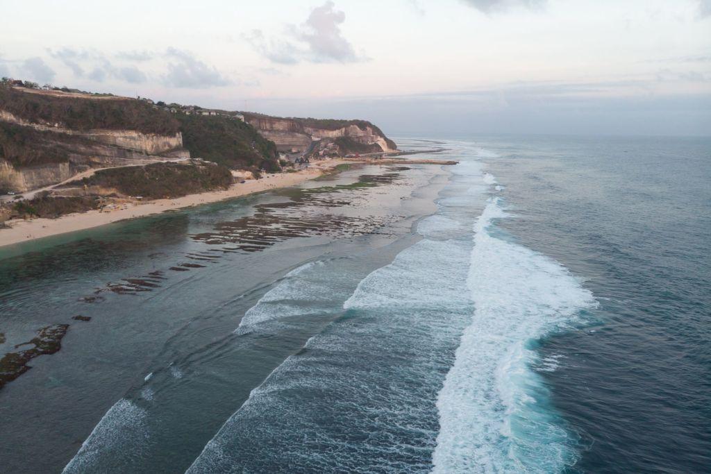 Bali, Indonesia, Bali beaches, beach bali, summer, ocean, sea, Bali sea, Indian ocean, Бали, пляжи Бали, пляжный отдых на Бали, где купаться на Бали, где белый песок на Бали, Бали море или океан, Индийский океан, море, лето, пляж, океан, волны, пляж меласти бали, меласти бали, меласти бич бали, melasti beach bali, пляж меласити на бали пляжи Бали Что вам надо знать про пляжи Бали? Melasti mavic 2 1024x683