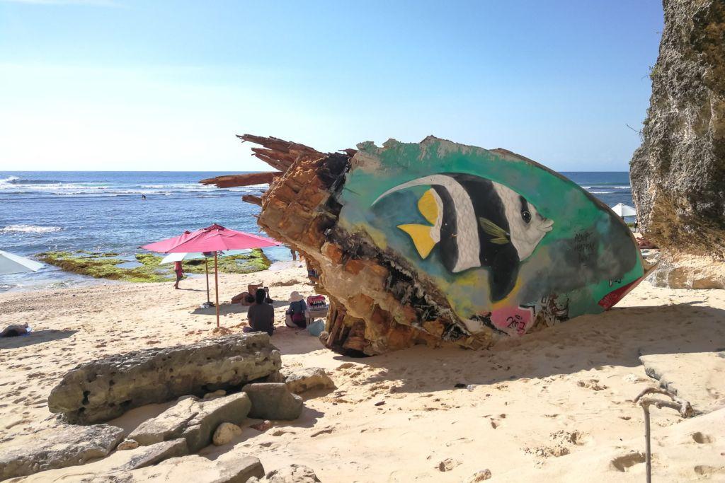 Bali, Indonesia, Bali beaches, beach bali, summer, ocean, sea, Bali sea, Indian ocean, Бали, пляжи Бали, пляжный отдых на Бали, где купаться на Бали, где белый песок на Бали, Бали море или океан, Индийский океан, море, лето, пляж, океан, волны, пляж сулубан бали, сулубан бали, сулубан бич бали, suluban beach bali, пляж сулубан на бали, разбитые корабли на пляже бали, старые корабли на пляже бали, серфинг на бали пляжи Бали Что вам надо знать про пляжи Бали? Suluban 4 1024x683