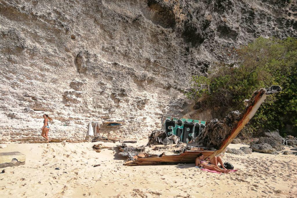 Bali, Indonesia, Bali beaches, beach bali, summer, ocean, sea, Bali sea, Indian ocean, Бали, пляжи Бали, пляжный отдых на Бали, где купаться на Бали, где белый песок на Бали, Бали море или океан, Индийский океан, море, лето, пляж, океан, волны, пляж сулубан бали, сулубан бали, сулубан бич бали, suluban beach bali, пляж сулубан на бали, разбитые корабли на пляже бали, старые корабли на пляже бали, серфинг на бали пляжи Бали Что вам надо знать про пляжи Бали? Suluban 8 1024x683