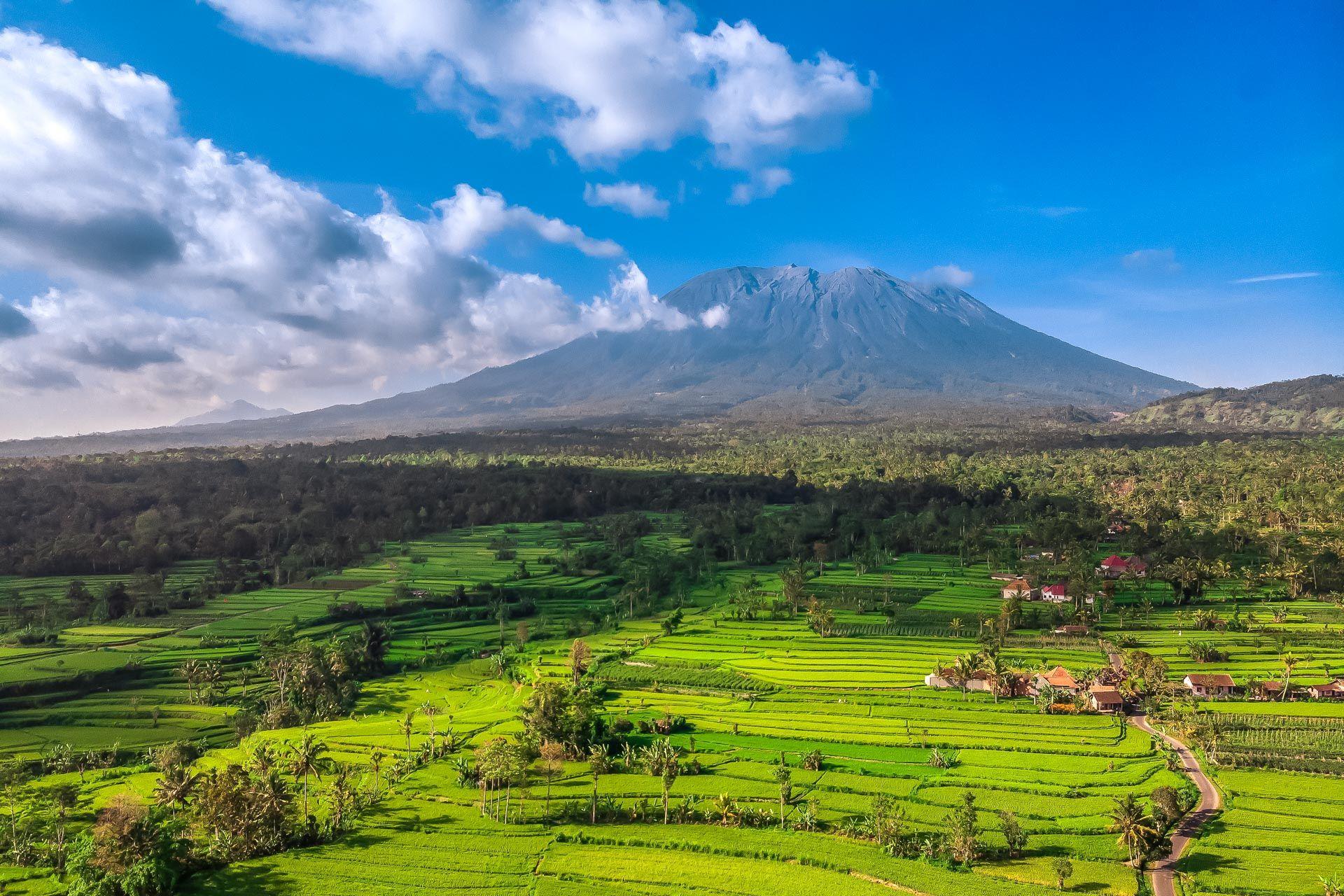 Бали, Индонезия, остров Бали, что посмотреть на Бали, куда сходить на Бали, достопримечательности Бали, Амед Бали что посмотреть, Амед Бали фото, экскурсии на Бали, развлечения на Бали, природа на Бали, вулканы на Бали, восток Бали, Агунг, вулкан Агунг, Агунг вулкан на Бали, вулканы на Бали, вид на Агунг, мавик эир фото, фото Бали, пляж Амеда фото, храмы в Амеде, пура Лемпуянг, храм Лемпуянг Бали, храм с видом на Агунг, ворота с видом на Агунг, ворота с видом на вулкан, вьюпоинт Бали, лучшие обзорные площадки на Бали, где лучшие фото Бали,