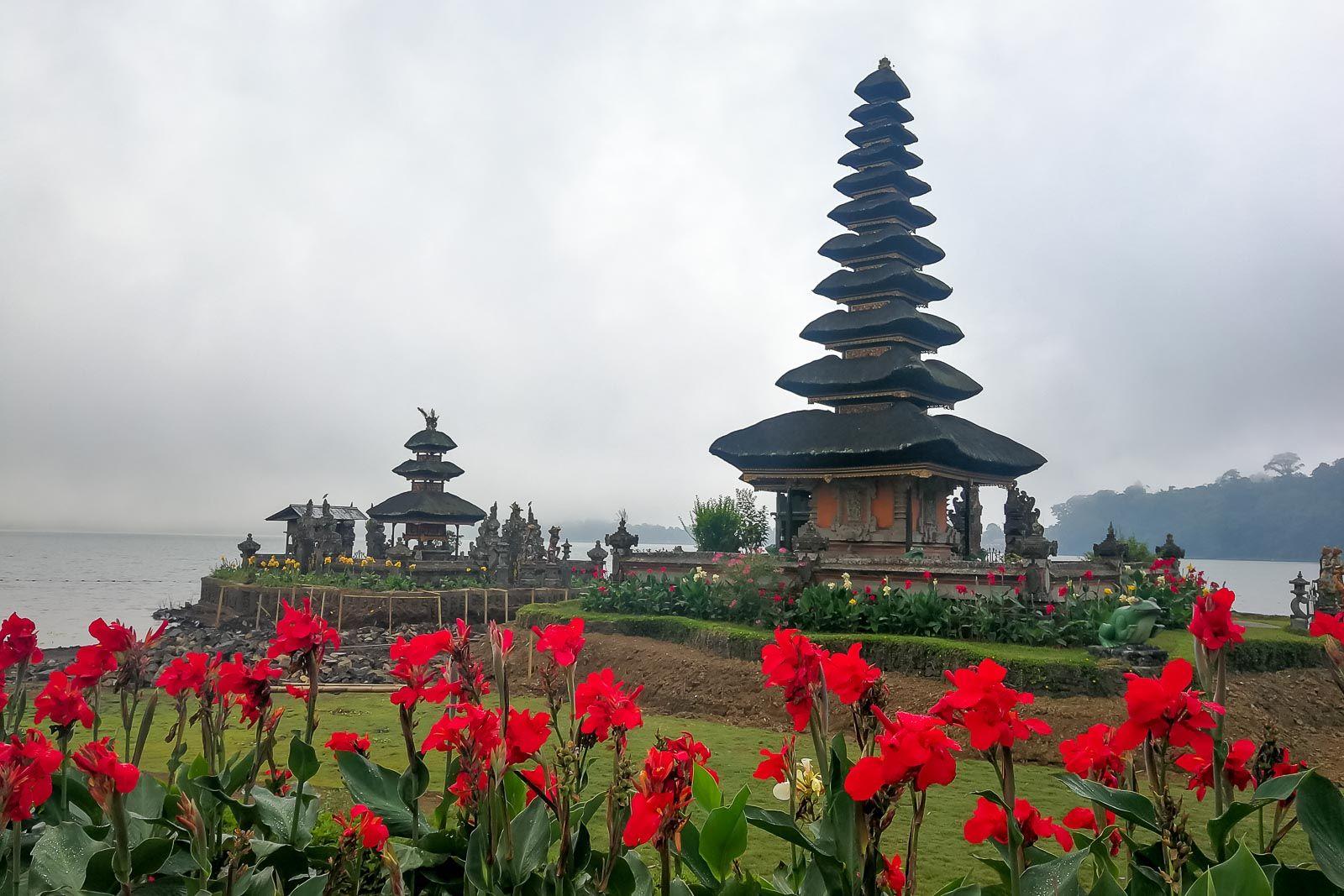 Озеро Братан, клубника на Бали, горы на Бали, центр Бали, кальдера вулкана , храм на озере на Бали, озеро Братан, Братан озеро на Бали, вулканы на Бали, экскурсии на Бали, достопримечательности Бали, что посмотреть на Бали, Бали, что обязательно посетить на Бали, священные места на Бали, главный храм на Бали, Beratan Bali, Pura Ulun Danu, Ulun Danu Beratan, Пура Улун Дану, Пура Улун Дану Братан, храм Улун Дану на Бали, храм Улун Дану на озере Братан, клубничное кафе на Бали