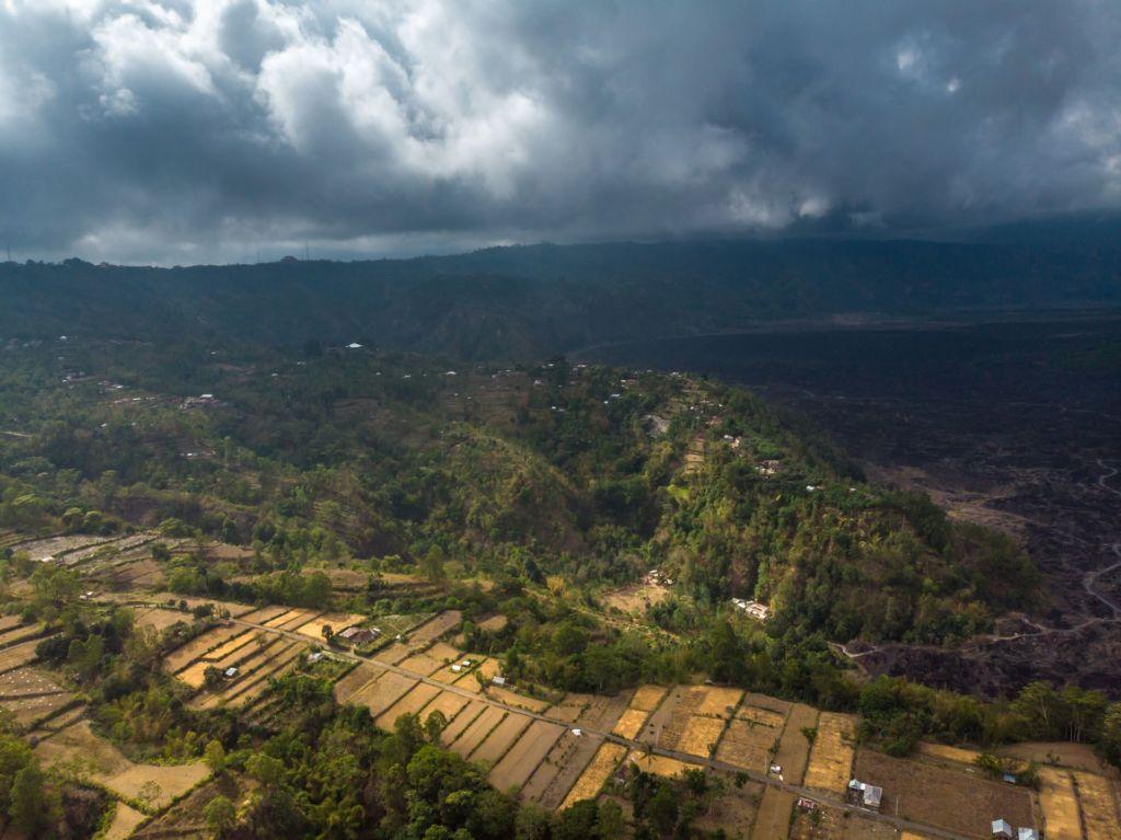 mavic, mavic air, drone foto, фото с дрона Бали, Батур, Batur, вулкан Батур, volcano, Gunung Batur, восхождение на вулкан Батур, подъем на вулкан Батур, сколько стоит подъем на вулкан Батур, сколько длится подъем на Батур, что брать с собой на вулкан Батур, самостоятельно на батур, самостоятельное восхождение на Батур, вулканы Бали, Агунг, Абанг, обезьяны на Бали, природа на Бали, рассвет на вулкане, рассвет на вулкане Батур, экскурсия на Батур, горячие источники на бали, горячие источники у Батура, черная лава, вулканическая лава, застывшая лава на Бали, жерло вулкана, кальдера вулкана, треккинг на Батур, mount Batur, гид на Батур,