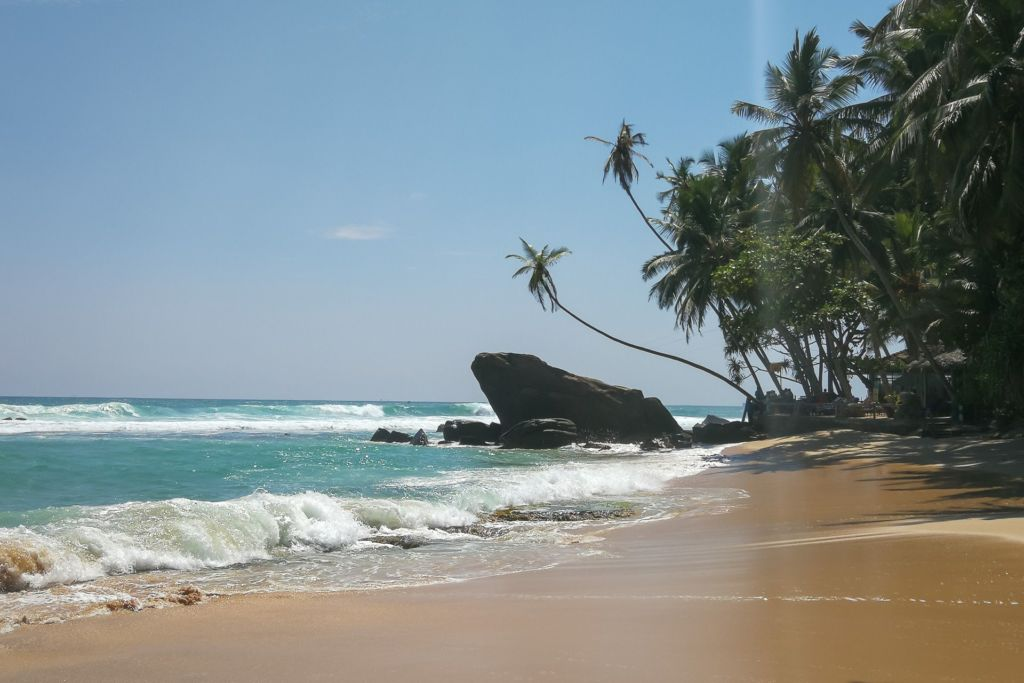 пляж из инстаграма на шри-ланке, далавэла бич, далавела бич, Далавелла, пляж с камнем и пальмой для фото, Wijaya beach, Dalawella beach Srilanka, Unawatuna beach, Унаватуна, Унаватуна пляж, плажи Унаватуны, фото Унаватуна, волны на унаватуне, кафе на пляже унаватуна, виджайя бич унаватуна, пляжи шри-ланки, фотографии шри-ланка, виджая бич шри-ланка фото, хорошие пляжи на Шри-Ланке, пляжи без волн на Шри-Ланке